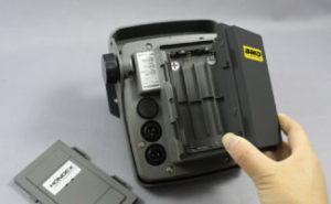 乾電池スペースにワンタッチで取付